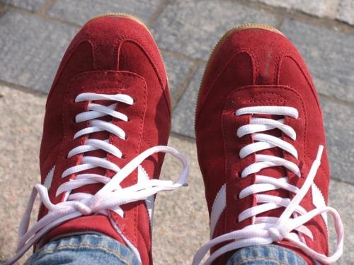 紐が斜めがけの赤いスニーカー